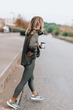 Cozy Fleece for Fall Cute women's fashion chic casual street style outfit inspiration ideas. Becky Hillyard from Celle Jane. Legging Outfits, Athleisure Outfits, Leggings Fashion, Outfit Ideas With Leggings, Leggings Outfit Summer Casual, Grey Leggings Outfit, Casual Weekend Outfit, Pants Outfit, Gq