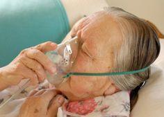 Nicht-Invasive Beatmungstherapie bei COPD. Auf dem Bild ist eine ältere Frau zu sehen, die eine Beatmungsmaske trägt.