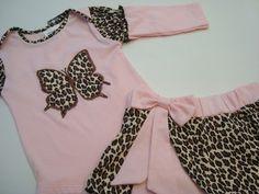 Conjunto 2 peças para bebê composto por um body manga longa e uma saia com cós em elástico.
