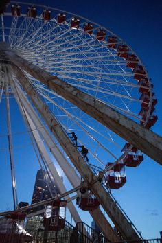 Climbing the Ferris wheel. It is cool because I have seen the real ferris wheel in Chicago that it is based on. Divergent Fan Art, Divergent Four, Tris And Four, Divergent Fandom, Divergent Trilogy, Divergent Insurgent Allegiant, Theo James, Shailene Woodley, Tris E Quatro