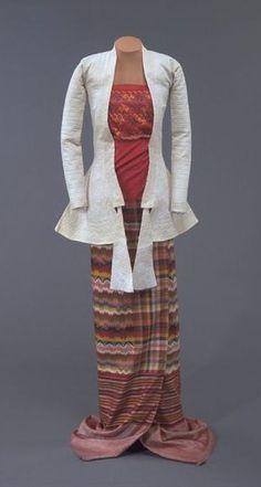 Yinzi (breast cloth) or tabet (stole) of silk acheik-luntaya hand-woven tapestry weave, Mandalay, ca. Myanmar Traditional Dress, Traditional Dresses, Myanmar Dress Design, Myanmar Women, Burma Myanmar, Dress Sketches, Fashion Figures, Mandalay, Burmese