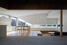 日本建築事務所Hannat Architects,利用環境特點,將空間中的光與陰影做了完美的調和;而建築內部的牆面和家具,也採用了明暗搭配的材料。 光與影、明與暗,在時間中展現的微妙變化,呈現出自然詩意的美。 Hannat Architects http://www.hannatarchitects.com/
