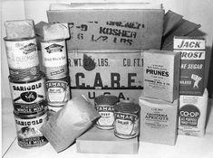 """Paradies in Dosen: Um die Not in Europa zu lindern, wurde 1945 die US-Hilfsorganisation Care (""""Cooperative for American Remittances to Europe"""") gegründet. Die ersten Care-Pakete erreichten Deutschland im Sommer 1946. Die 40.000-Kalorien-Kisten enthielten Büchsenfleisch, Fett in Dosen, Kekse, Kakao, Zigaretten und Schokolade. Das Foto zeigt den Inhalt eines Care-Paketes, das 1946 nach Berlin geschickt worden war - man fand es 1980 bei einer Wohnungsauflösung. West Berlin, Meat Loaf, East Germany, Santa Clara, Baking Ingredients, Getting Old, Paradise, 1940s, Europe"""