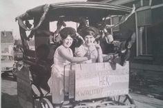 Twee foto's uit het verzamelalbum van Gerrit Hek, de oprichter van cafe Hek. Gerrit Hek, de vader van de jarige Jos Hek, had een koets, die ook gebruikt werd voor reclame doeleinden. We zien rechts de woning van de familie van 't Spijker. Het tankstation was er nog niet.