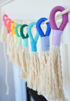 How to Make a Wrapped Fiber Rainbow - Studio 5 These cute rainbows are so easy to make, you'll have a house full before too long! Sarah Freeman shares how to wrap fiber with yarn to make a rainbow. Yarn Crafts, Diy Crafts, Roving Yarn, Crafts For Kids, Arts And Crafts, Rainbow Crafts, Yarn Needle, Craft Party, String Art