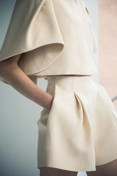DELPOZO Spring / Summer 2014 collection shown at New York Fashion Week / Photographed by Jamie Beck I love the pleats. Fashion Week, New York Fashion, Fashion Trends, Fashion Lookbook, Street Mode, Street Style, Fashion Details, Look Fashion, Fashion Design