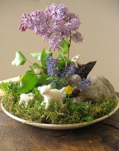 Nature Table April    		Blossoms over blossoms and bird singing. What a joyful April! Ideen für den #Jahreszeitentisch #diy