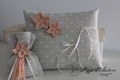 Cuscino fedi con fiori al macramè realizzati esclusivamente a mano