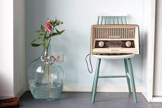 Retro is helemaal terug in de Nederlandse huiskamer. Met een retro radio of platenspeler kunt u uw huiskamer een unieke twist geven. Deze retro platenspelers en radio's zijn daarvoor uitermate geschikt. Lees hier verder! Radios, Radio Antigua, Happy New Home, Pastel Kitchen, Vintage Modern, Retro Design, Interior Inspiration, Living Room Decor, Sweet Home