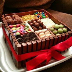 Chocolate Box Birthday Cake Ideas - Share this image!Save these chocolate box birthday cake ideas for later by share this Box Cake Recipes, Yummy Recipes, Dessert Recipes, Sweet Recipes, Oats Recipes, Party Desserts, Torta Candy, Candy Cakes, Chocolate Box Cake