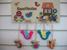 Enfeite de porta em madeira com aplicação em tecido e feltro, letras em madeira. Desenho de passarinhos e flores, com cores cítricas para alegrar sua casa. R$ 80,00