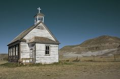 old churches. The Old Church in Dorothy. This is in the heart of the famous Badlands in Southern Alberta, Canada. Population here never exceeded Literally a classic pioneer community. Abandoned Churches, Old Churches, Beautiful Places, Beautiful Pictures, Old Country Churches, Church Pictures, Bride Of Christ, Church Building, Outside Living