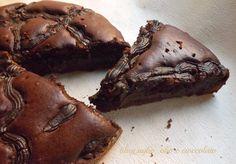La Torta al Cioccolato cremosa,è un delirio di bonta' cioccolatosa!!!! Ho fatto gia' una torta simile,ma al limone e con gli album