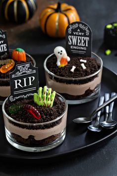 Hallowen Party Brownie Dirt Pudding cups are a delicious Halloween dessert! Simple to make and . , Brownie Dirt Pudding cups are a delicious Halloween dessert! Simple to make and . Brownie Dirt Pudding cups are a delicious Halloween dessert! Plat Halloween, Halloween Torte, Dessert Halloween, Halloween Party Snacks, Halloween Baking, Halloween Cupcakes, Halloween Kids, Halloween Couples, Halloween Makeup