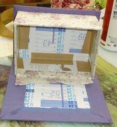 Hier, je vous montrais la boite offerte à Claudine pour son anniversaire. J'ai réalisé une deuxième boite, objet de ce pas-à-pas, pour ma soeur. Liste des fournitures : Calendrier Bristol blanc Papier kraft gommé Colle (j'utilise de la colle à bois) Papier... Cardboard Box Diy, Diy Box, Crafty Craft, Covered Boxes, Sewing Hacks, Decoupage, Craft Projects, Decorative Boxes, Cartonnage