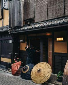 Kyoto Today in Tokyo Cultural Architecture, Japanese Architecture, Architecture Design, Japanese Streets, Japanese House, Japanese Palace, Japanese Shop, Parasols, Umbrellas