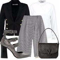 Questo outfit è molto di tendenza e davvero molto chic. Abbina le attualissime décolleté cn cinturini e i pantaloni culotte alla classica camicia bianca e alla giacca dal sapore vagamete militare.