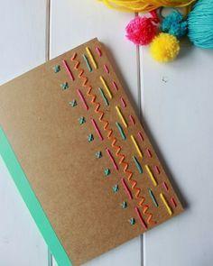 Bordado na capa de caderno super colorido e dá para fazer com os fios que tem em casa. Fofo né? Não esquece que LIVE é hoje às 16h30 e que tudo o que eu posto aqui te conto onde encontrei no http://ift.tt/11TT7Wu ;) #artesanato #caderno #capa #bordado #colorido #linhas #eumofazerartesanato