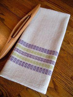 Torchon conçu et modèle à l'aide de bleu pervenche et dessins sergé vert lime sur un fond en lin naturel non teint cotlin fils d'armure tissée avec une côte traditionnelle à la main. COTLIN laine est filée avec 60 % Lin et 40 % coton produisant une laine qui est à la fois beau,