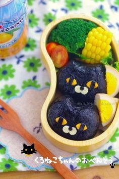 Cute black cat onigiri (rice balls wrapped in nori) bento box Japanese Bento Box, Japanese Sweets, Japanese Food, Lunch Box Bento, Cute Bento Boxes, My Sushi, Sushi Art, Kawaii Dessert, Kawaii Bento