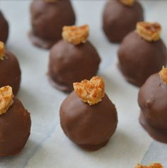 Stroopwafel bonbons - You can easily make chocolates with all kinds of cookies. Such as with oreo or speculoos, but also - Tea Cakes, Food Cakes, Gluten Free Chocolate, Vegan Chocolate, Candy Recipes, Sweet Recipes, Rudolph's Bakery, Oreo, Coffee Cookies