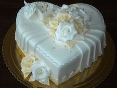 Srdce biela - maslová, Inšpirácie na originálne Svadobné torty Floral Wedding Cakes, Wedding Cakes With Flowers, Elegant Wedding Cakes, Floral Cake, Elegant Cakes, Beautiful Wedding Cakes, Wedding Cake Designs, Beautiful Cakes, Flower Cakes
