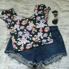 Really cute crop top. Floral and ready to be worn :) Forever 21 Tops Crop Tops