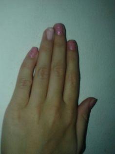 Dedo anelar esmalte buque  O resto dos dedos esmalte rosa lilac e em cima gliter prata