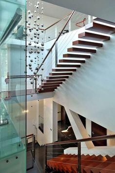 escalier-suspendu-marches-bois-foncé-garde-corps-métallique