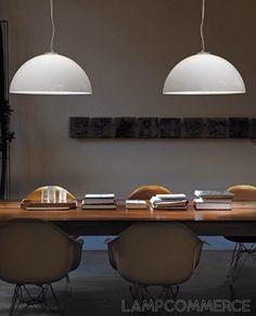 Lampade in vetro soffiato bianco opalino lucido. Le parti metalliche sono cromo.