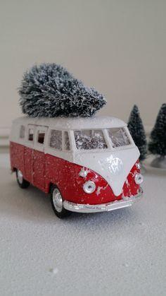 Old timer VW bus met kerstboom.