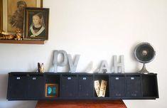 Ancien bloc boîte aux lettres vintage porte étiquettes déco industriel loft étagère en bois Très grand rangement étagère murale noire atypique. 191,5 de longueur pour 36, 5 de largeur Pour une éco très loft ...