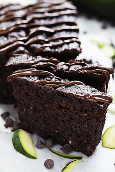 Uber-moist and fudgy, rich Triple Chocolate Zucchini Bread loaded with chocolate chips and drizzled with even more chocolate on top! This is the ultimate chocolate-lovers dream! Healthy Dessert Recipes, Delicious Desserts, Cake Recipes, Yummy Food, Healthy Cake, Vegan Desserts, Chocolate Zucchini Bread, Zucchini Bread Recipes, Zucchini Loaf