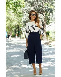 Look do dia: calça pantacourt azul marinho, combinada com blusa listrada, bolsa preta e escarpim nude.