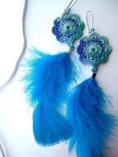 Aros con plumas,crochet.