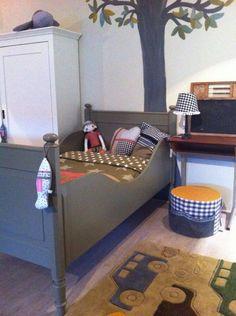 Stoer, robuust antiek eenpersoons bed, afgelakt in olijfgroen. Voor meer details en onze voorraad antieke bedden kijk op www.olijk nl