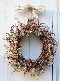 4 DIY ideas to hang a beautiful Christmas wreath on your doorstep! Christmas Mesh Wreaths, Christmas Door Decorations, Christmas Crafts, Winter Wreaths, Spring Wreaths, Prim Christmas, Summer Wreath, Christmas Trees, Gold Wreath