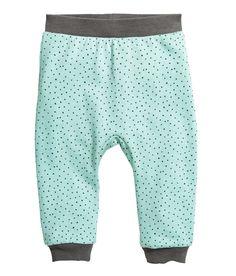 Mintgrün/Gepunktet. CONSCIOUS. Jogginghose aus weichem Bio-Baumwollsweat mit Musterdruck. Die Hose hat einen elastischen Bund, Beinbündchen und eine weich