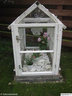puutarha,vanhat ikkunat,kriatalli lamppu,kesä kukat