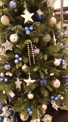 Robust & rugged style Christmas inspiration. Amazing holiday home decorating ideas with the colors petrol blue, silver and white. To accentuate the robust look use concrete and wooden ornaments as decorative details.