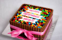Find lots of pictures of fun kit kat birthday cake ideas! You will find kit kat cakes with pigs, numbers, candy, and more. Square Birthday Cake, Diy Birthday Cake, Homemade Birthday Cakes, Torta Candy, Candy Cakes, Cupcake Cakes, Cupcakes, Kit Cat Cake, Cake Kit