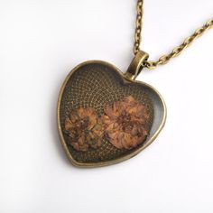 Heart-shaped necklace real flowers in resin necklace by PikLus