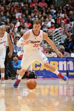 Blake Griffin #32 of the Los Angeles Clippers chases after a loose ball against the Oklahoma City Thunder at Staples Center on 22 Jan 2013