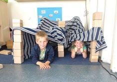 Tenten bouwen in de bouwhoek met kleuters, thema kamperen, kleuteridee