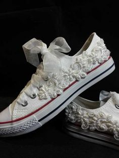 Scarpe da sposa converse bianche con pizzo. Wedding white converse shoes. #wedding #wedding shoes