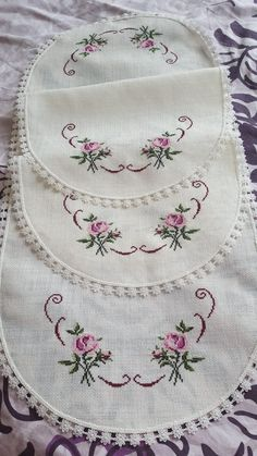 Flower Embroidery Designs, Embroidery Stitches, Crochet Bedspread, Embroidery Fashion, Cross Stitch, Cross Stitch Rose, Crochet Table Runner, Crocheting Patterns, Cross Stitch Embroidery