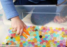 Les perles d'eau sont un excellent moyen pour les enfants d'exercer leur motricité fine. Elles sont utilisables de multiples façons, notamment pour le tri des couleurs ou encore le transvasement.