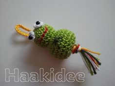 Idea for a coat pull, no pattern but cute little crochet frog Crochet Frog, Crochet Gratis, Crochet Birds, Crochet For Kids, Crochet Animals, Diy Crochet, Crochet Dolls, Crochet Keychain, Crochet Earrings
