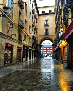 Calle de la Sal y al fondo la Plaza Mayor. Madrid, España Foto Madrid, Places In Spain, Seville Spain, Spain And Portugal, Gaudi, Urban Landscape, Spain Travel, European Travel, Around The Worlds