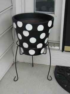 need something like this on the front porch. Probably not polka dots, but painted pots! Write home sweet home and diff color Flower Pot Crafts, Clay Pot Crafts, Painted Flower Pots, Painted Pots, Painted Pebbles, Outdoor Ashtray, Pot Jardin, Terracotta Pots, Garden Crafts